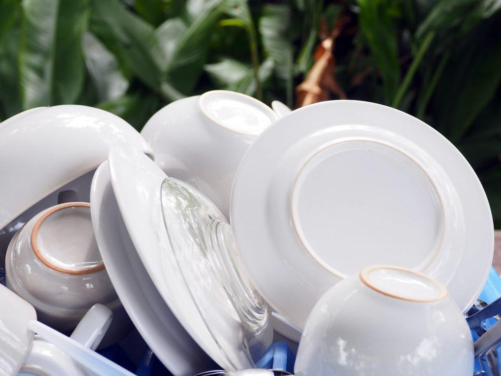 Weißes Geschirr, Teller und Tassen
