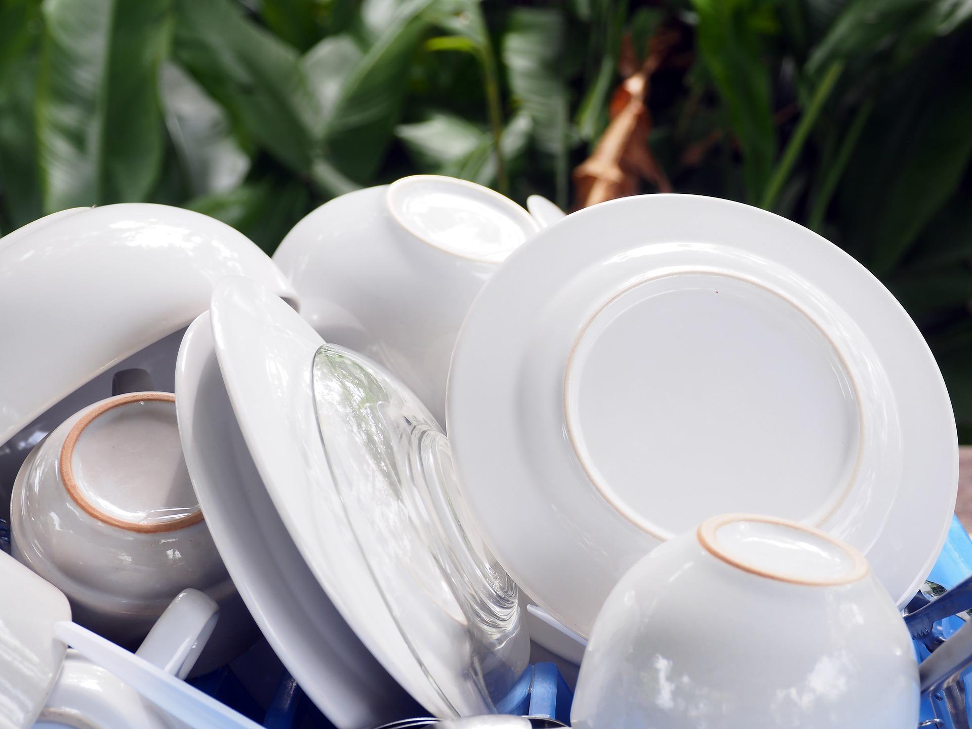 Weißes Geschirr, Tassen und Teller